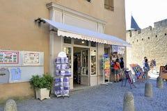 Κατάστημα των αναμνηστικών τουριστών στην ενισχυμένη πόλη του Carcassonne Στοκ Φωτογραφίες
