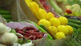 Κατάστημα των υγιών τροφίμων Στους μετρητές τα λαχανικά βρίσκονται Φωτεινά χρώματα των λαχανικών στην αγορά απόθεμα βίντεο