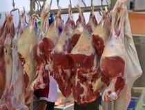 Κατάστημα χασάπηδων με τα κρεμασμένα κρέατα στοκ εικόνα με δικαίωμα ελεύθερης χρήσης