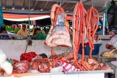 Κατάστημα χασάπηδων Πώληση του κρέατος, του χοιρινού κρέατος και των λουκάνικων στην αγορά Κινηματογράφηση σε πρώτο πλάνο Κουίτο  στοκ εικόνες