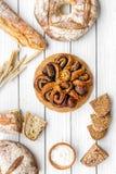 Κατάστημα ψωμιού Κατάστημα Baker ` s Ανάμεικτο ψωμί στην άσπρη ξύλινη τοπ άποψη υποβάθρου Στοκ φωτογραφίες με δικαίωμα ελεύθερης χρήσης