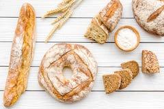 Κατάστημα ψωμιού Κατάστημα Baker ` s Ανάμεικτο ψωμί στην άσπρη ξύλινη τοπ άποψη υποβάθρου Στοκ Εικόνες
