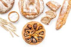 Κατάστημα ψωμιού Κατάστημα Baker ` s Ανάμεικτο ψωμί στην άσπρη τοπ άποψη υποβάθρου Στοκ Φωτογραφία