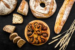 Κατάστημα ψωμιού Κατάστημα Baker ` s Ανάμεικτο ψωμί στη μαύρη τοπ άποψη υποβάθρου Στοκ εικόνες με δικαίωμα ελεύθερης χρήσης