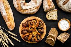Κατάστημα ψωμιού Κατάστημα Baker ` s Ανάμεικτο ψωμί στη μαύρη τοπ άποψη υποβάθρου Στοκ εικόνα με δικαίωμα ελεύθερης χρήσης