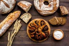 Κατάστημα ψωμιού Κατάστημα Baker ` s Ανάμεικτο ψωμί στη σκοτεινή ξύλινη τοπ άποψη υποβάθρου Στοκ Εικόνα