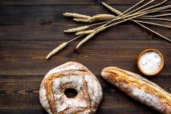 Κατάστημα ψωμιού Κατάστημα Baker ` s Ανάμεικτο ψωμί στη σκοτεινή ξύλινη τοπ άποψη υποβάθρου Στοκ Εικόνες