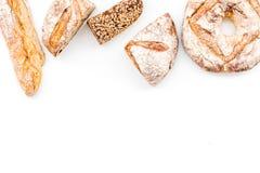 Κατάστημα ψωμιού Κατάστημα Baker ` s Ανάμεικτο ψωμί στο άσπρο διάστημα άποψης υποβάθρου τοπ για το κείμενο Στοκ Φωτογραφίες