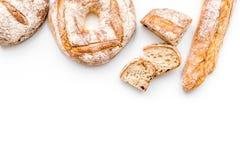 Κατάστημα ψωμιού Κατάστημα Baker ` s Ανάμεικτο ψωμί στο άσπρο διάστημα άποψης υποβάθρου τοπ για το κείμενο Στοκ Εικόνες