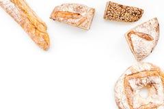 Κατάστημα ψωμιού Κατάστημα Baker ` s Ανάμεικτο ψωμί στο άσπρο διάστημα άποψης υποβάθρου τοπ για το κείμενο Στοκ εικόνες με δικαίωμα ελεύθερης χρήσης