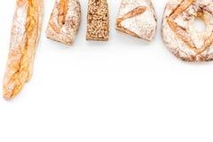 Κατάστημα ψωμιού Κατάστημα Baker ` s Ανάμεικτο ψωμί στο άσπρο διάστημα άποψης υποβάθρου τοπ για το κείμενο Στοκ εικόνα με δικαίωμα ελεύθερης χρήσης