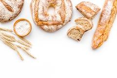 Κατάστημα ψωμιού Κατάστημα Baker ` s Ανάμεικτο ψωμί στο άσπρο διάστημα άποψης υποβάθρου τοπ για το κείμενο Στοκ φωτογραφία με δικαίωμα ελεύθερης χρήσης