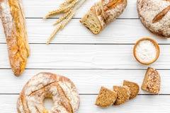 Κατάστημα ψωμιού Κατάστημα Baker ` s Ανάμεικτο ψωμί στο άσπρο ξύλινο διάστημα άποψης υποβάθρου τοπ για το κείμενο Στοκ Εικόνα