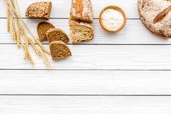 Κατάστημα ψωμιού Κατάστημα Baker ` s Ανάμεικτο ψωμί στο άσπρο ξύλινο διάστημα άποψης υποβάθρου τοπ για το κείμενο Στοκ φωτογραφία με δικαίωμα ελεύθερης χρήσης