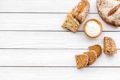 Κατάστημα ψωμιού Κατάστημα Baker ` s Ανάμεικτο ψωμί στο άσπρο ξύλινο διάστημα άποψης υποβάθρου τοπ για το κείμενο Στοκ εικόνα με δικαίωμα ελεύθερης χρήσης