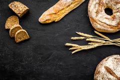 Κατάστημα ψωμιού Κατάστημα Baker ` s Ανάμεικτο ψωμί στο μαύρο διάστημα άποψης υποβάθρου τοπ για το κείμενο Στοκ Εικόνα
