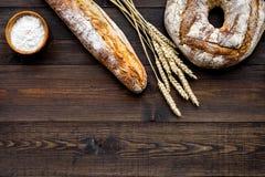 Κατάστημα ψωμιού Κατάστημα Baker ` s Ανάμεικτο ψωμί στο σκοτεινό ξύλινο διάστημα άποψης υποβάθρου τοπ για το κείμενο Στοκ φωτογραφία με δικαίωμα ελεύθερης χρήσης
