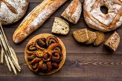 Κατάστημα ψωμιού Κατάστημα Baker ` s Ανάμεικτο ψωμί στο σκοτεινό ξύλινο διάστημα άποψης υποβάθρου τοπ για το κείμενο Στοκ Φωτογραφία