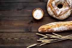 Κατάστημα ψωμιού Κατάστημα Baker ` s Ανάμεικτο ψωμί στο σκοτεινό ξύλινο διάστημα άποψης υποβάθρου τοπ για το κείμενο Στοκ Εικόνα