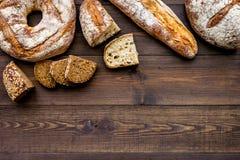 Κατάστημα ψωμιού Κατάστημα Baker ` s Ανάμεικτο ψωμί στο σκοτεινό ξύλινο διάστημα άποψης υποβάθρου τοπ για το κείμενο Στοκ εικόνες με δικαίωμα ελεύθερης χρήσης