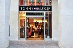 κατάστημα Tommy ατόμων μόδας hilfiger στοκ εικόνες