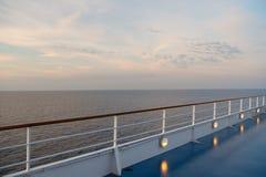 Κατάστρωμα ειδυλλιακό seascape στον ουρανό βραδιού Πίνακας σκαφών στο Μαϊάμι, ΗΠΑ στην μπλε θάλασσα Ταξίδι νερού, ταξίδι, ταξίδι  στοκ φωτογραφία με δικαίωμα ελεύθερης χρήσης