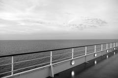 Κατάστρωμα ειδυλλιακό seascape στον ουρανό βραδιού Πίνακας σκαφών στο Μαϊάμι, ΗΠΑ στην μπλε θάλασσα Ταξίδι νερού, ταξίδι, ταξίδι στοκ εικόνα με δικαίωμα ελεύθερης χρήσης