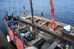 Κατάστρωμα ενός αρχαίου ρωσικού πλοίου - κοράκια, με τα ξύλινα κουπιά Στοκ εικόνα με δικαίωμα ελεύθερης χρήσης