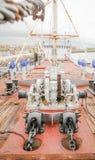 Κατάστρωμα πλοίων με τις αγκύλες μηχανών Στοκ Φωτογραφίες