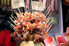 Κατάταξη ισπανικό chorizo λουκάνικων κρέατος salchichon fuet στο ραβδί για την πώληση στην αγορά Boqueria στη Βαρκελώνη στοκ φωτογραφία