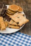 Κατάταξη μπισκότων στο πιάτο στοκ φωτογραφία με δικαίωμα ελεύθερης χρήσης
