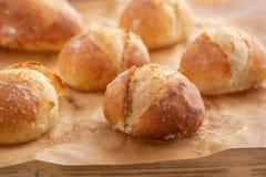 Κατάταξη του ψημένου ψωμιού στο ξύλινο επιτραπέζιο υπόβαθρο διάστημα αντιγράφων Στοκ Εικόνες