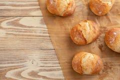 Κατάταξη του ψημένου ψωμιού στο ξύλινο επιτραπέζιο υπόβαθρο διάστημα αντιγράφων Στοκ εικόνα με δικαίωμα ελεύθερης χρήσης