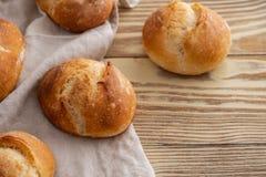 Κατάταξη του ψημένου ψωμιού στο ξύλινο επιτραπέζιο υπόβαθρο διάστημα αντιγράφων Στοκ φωτογραφία με δικαίωμα ελεύθερης χρήσης