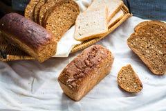 Κατάταξη του ψημένου ψωμιού, φέτες του ψωμιού σίκαλης, δημητριακά πίτουρου, rus Στοκ εικόνα με δικαίωμα ελεύθερης χρήσης