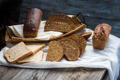 Κατάταξη του ψημένου ψωμιού, φέτες του ψωμιού σίκαλης, δημητριακά πίτουρου, rus Στοκ Εικόνες