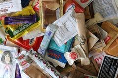 Κατάταξη των άσπρων και καφετιών σακουλιών ζάχαρης στοκ εικόνα