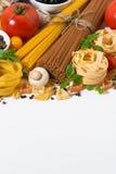Κατάταξη των ζυμαρικών και των συστατικών στο άσπρο υπόβαθρο Στοκ εικόνες με δικαίωμα ελεύθερης χρήσης