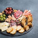 Κατάταξη των ισπανικών tapas ή του ιταλικού antipasti με το κρέας Στοκ Φωτογραφίες
