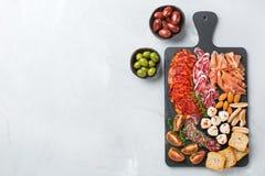 Κατάταξη των ισπανικών tapas ή του ιταλικού antipasti με το κρέας Στοκ Φωτογραφία