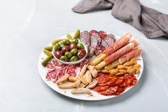 Κατάταξη των ισπανικών tapas ή του ιταλικού antipasti με το κρέας Στοκ Εικόνα