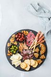 Κατάταξη των ισπανικών tapas ή του ιταλικού antipasti με το κρέας Στοκ φωτογραφίες με δικαίωμα ελεύθερης χρήσης