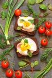 Κατάταξη των λιχουδιών, καπνισμένο κρέας, μπέϊκον, αυγά, λαχανικά Στοκ εικόνες με δικαίωμα ελεύθερης χρήσης