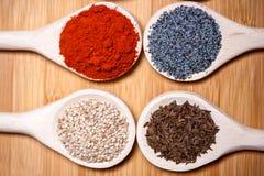 Κατάταξη των καρυκευμάτων με το αλεσμένο ξηρό καυτό πιπέρι, σουσάμι, παπαρούνα Στοκ Εικόνα