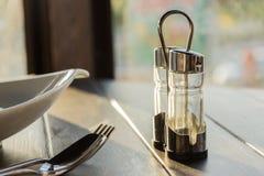 Κατάταξη των καρυκευμάτων στα μπουκάλια γυαλιού στο ξύλινο υπόβαθρο Στοκ Εικόνα