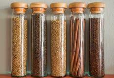 Κατάταξη των καρυκευμάτων στα μπουκάλια γυαλιού Στοκ φωτογραφία με δικαίωμα ελεύθερης χρήσης