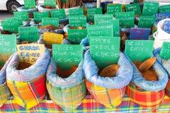 Κατάταξη των καρυκευμάτων στο στάβλο αγοράς στη Γουαδελούπη Στοκ φωτογραφία με δικαίωμα ελεύθερης χρήσης
