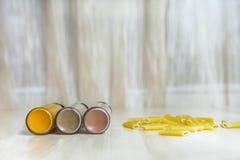 Κατάταξη των μπουκαλιών και των ζυμαρικών γυαλιού καρυκευμάτων στον ξύλινο πίνακα Στοκ Εικόνα