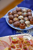 Κατάταξη των νόστιμων καραμελών σοκολάτας σε ένα πιάτο Στοκ Εικόνες