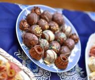 Κατάταξη των νόστιμων καραμελών σοκολάτας σε ένα πιάτο Στοκ εικόνα με δικαίωμα ελεύθερης χρήσης
